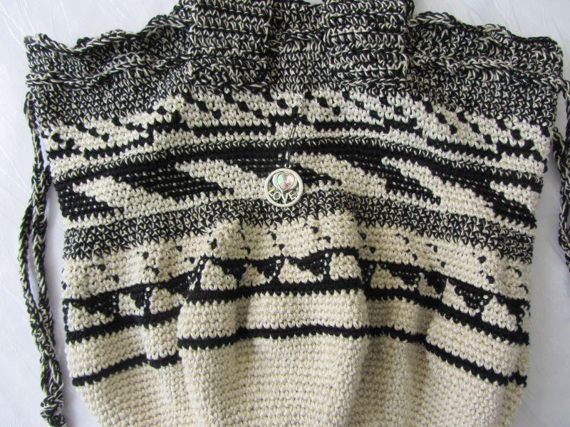 Kleinesbild - Beutel Shopper für den kleinen Einkauf handgehäkelt aus Baumwolle in Beige und Schwarz mit einem extravagantem Muster in runder Form kaufen