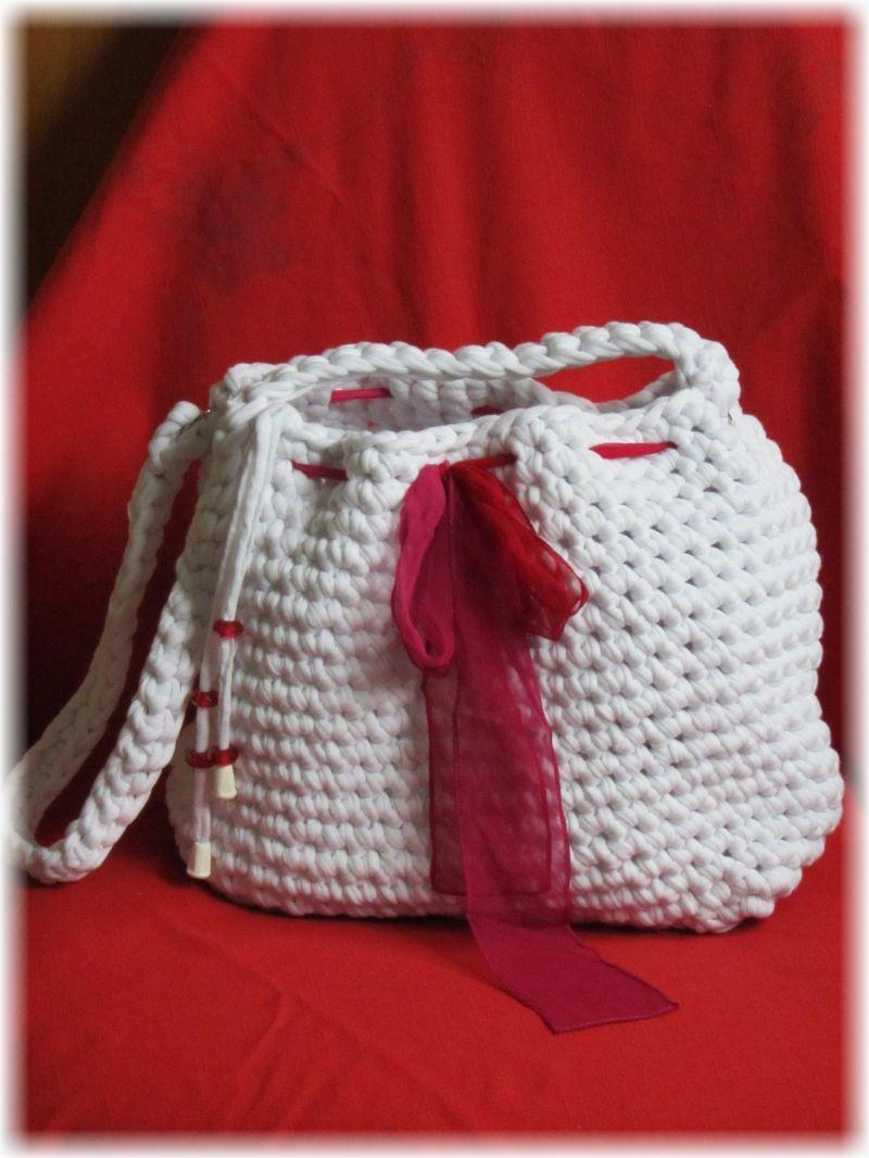 Kleinesbild - Traumhaft schöne Tasche mit Taschenbaumler handgehäkelt aus Bändchengarn mit hohem Baumwollanteil in Schneeweiß für den kleinen Einkauf oder als Handtasche kaufen