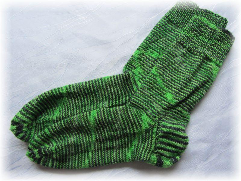 Kleinesbild - Handgestrickte Socken Größe 41♡ aus handgefärbter Sockenwolle in Maigrün und schwarz kaufen