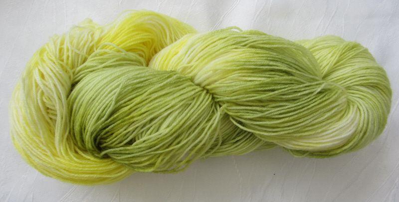 - Handgefärbte Sockenwolle Gelbe Lilie in Zartgelb und -grün (4-fach) Nadelstärke 2 - 3 (Grundpreis 100 g/11,00 €) - Handgefärbte Sockenwolle Gelbe Lilie in Zartgelb und -grün (4-fach) Nadelstärke 2 - 3 (Grundpreis 100 g/11,00 €)