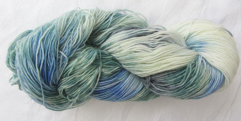 - Handgefärbte Sockenwolle in Türkis und Blau (4-fach) Nadelstärke 2 - 3 (Grundpreis 100 g/11,00 €) - Handgefärbte Sockenwolle in Türkis und Blau (4-fach) Nadelstärke 2 - 3 (Grundpreis 100 g/11,00 €)