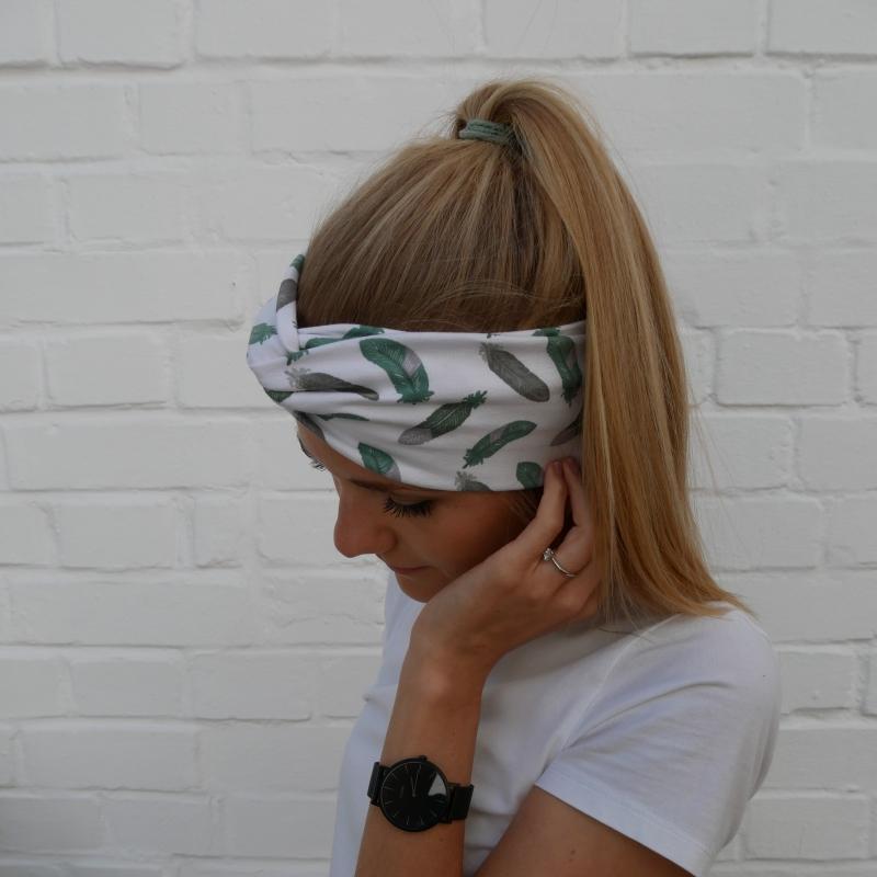 Kleinesbild - TurbanStirnband mint  FEDERN Handarbeit von zimtblüte  TurbanHaarband mit Twist kaufen