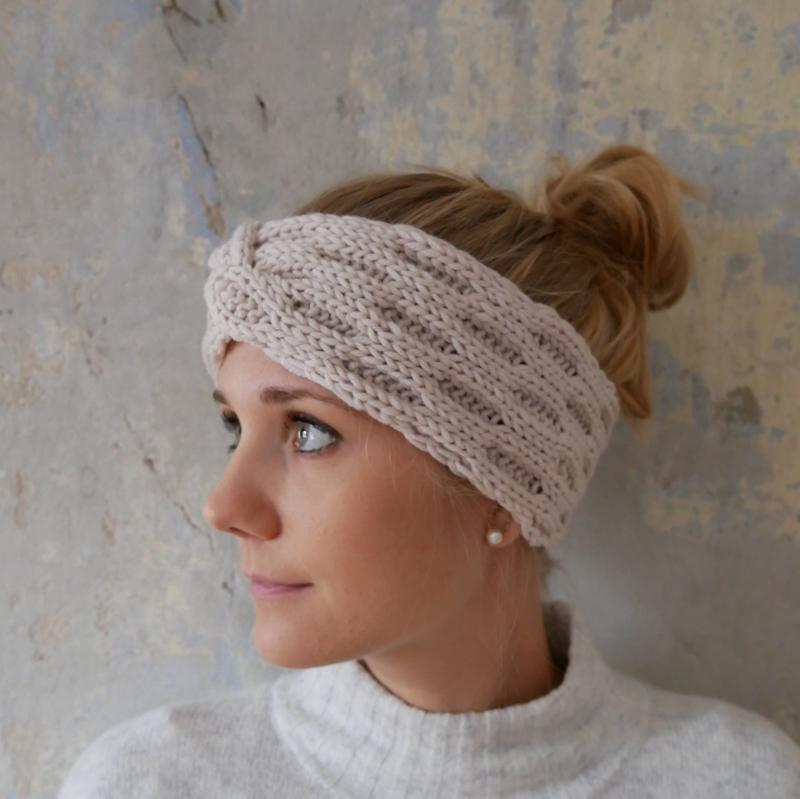 Kleinesbild - Stirnband Modell ENNA beige mit Twist von zimtblüte handgestrickt