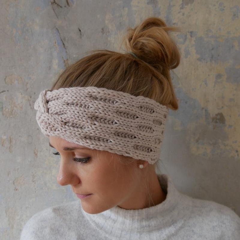 - Stirnband Modell ENNA beige mit Twist von zimtblüte handgestrickt  - Stirnband Modell ENNA beige mit Twist von zimtblüte handgestrickt