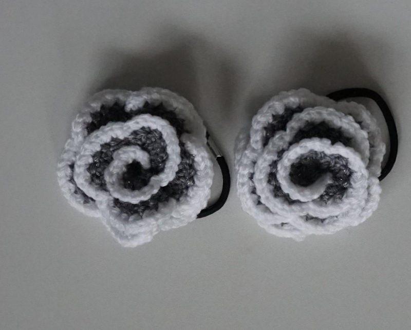 - ♡ 2 Stück Haargummi  Rose in der Variante grau/weiß glitzer ♡ amigoll9 ♡ Handarbeit ♡ - ♡ 2 Stück Haargummi  Rose in der Variante grau/weiß glitzer ♡ amigoll9 ♡ Handarbeit ♡