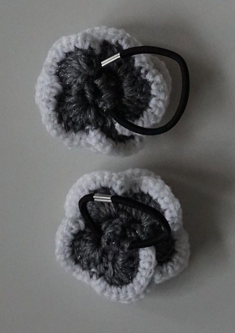 Kleinesbild - ♡ 2 Stück Haargummi  Rose in der Variante grau/weiß glitzer ♡ amigoll9 ♡ Handarbeit ♡