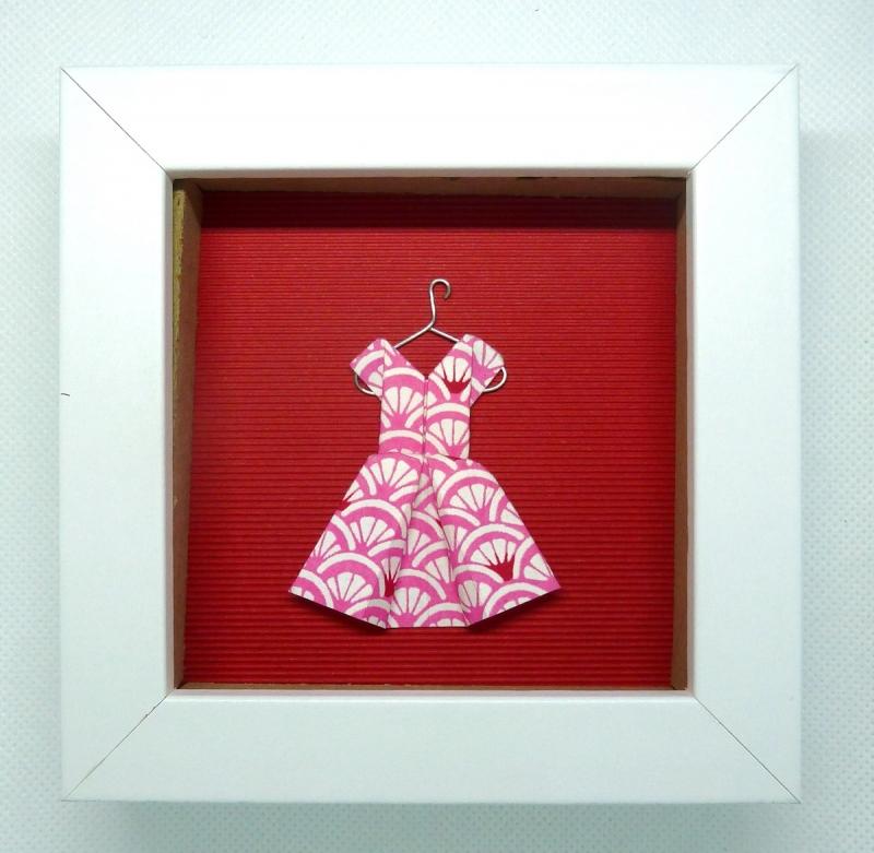 - Minibild mit niedlichem Papierkleidchen auf Kleiderbügel, 10 x 10 cm  - Minibild mit niedlichem Papierkleidchen auf Kleiderbügel, 10 x 10 cm