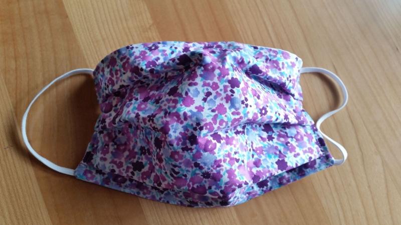 - lila farbene Gesichtsmaske, doppellagig aus Baumwolle - lila farbene Gesichtsmaske, doppellagig aus Baumwolle