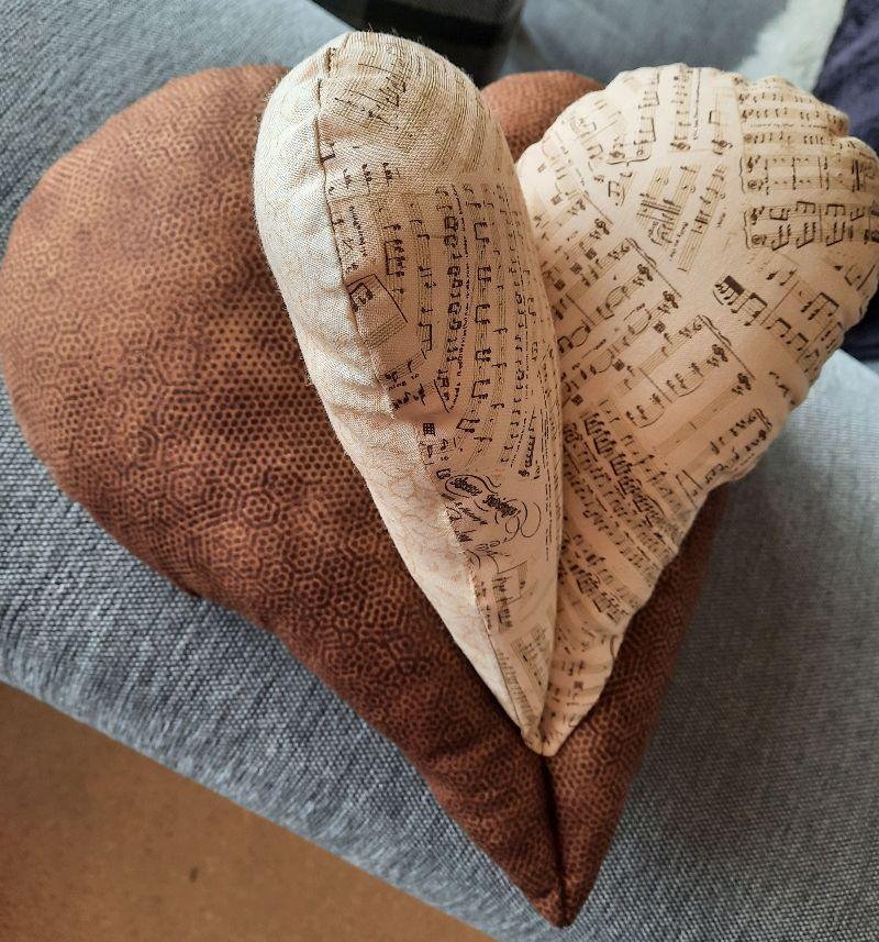 Kleinesbild - braunes Nackenentspannungs-Herzkissen für Musik-Liebhaber