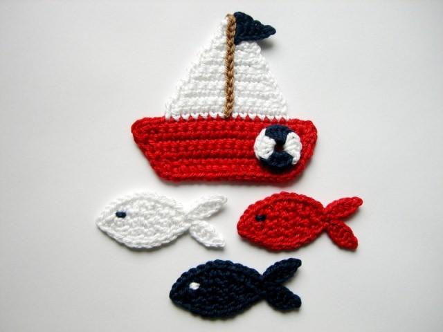 - Häkelapplikation, Segelboot mit mittelgroßen Fischen  - Häkelapplikation, Segelboot mit mittelgroßen Fischen