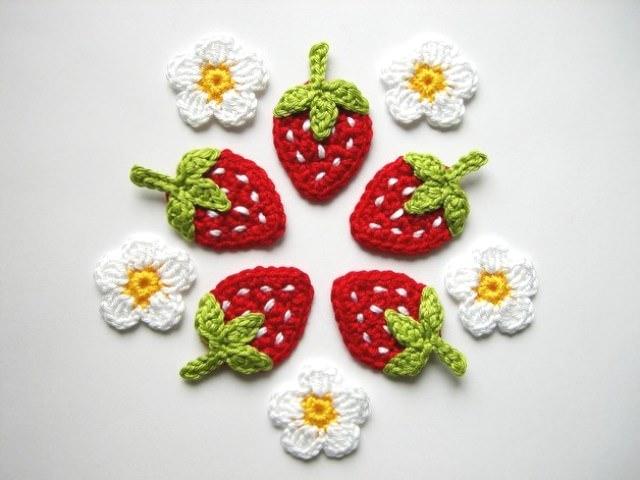 - Häkelapplikation, Erdbeeren mit weißen Punkten und Blüten  - Häkelapplikation, Erdbeeren mit weißen Punkten und Blüten