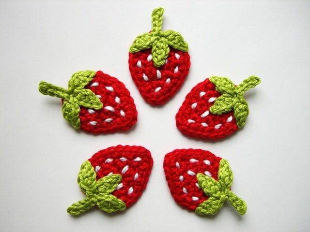 - Häkelapplikation, fünf Erdbeeren mit weißen Punkten - Häkelapplikation, fünf Erdbeeren mit weißen Punkten