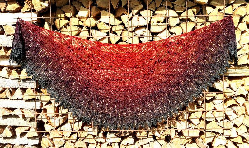 Kleinesbild - Großes Schultertuch, halbmondförmig ,246 x 82 cm aus weicher Baumwollmischung, halbrund, von Schwarzwaldmaschen