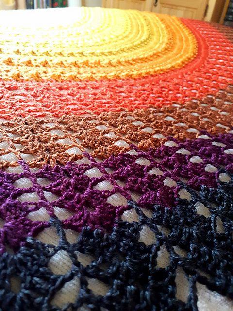 Kleinesbild - Großes Schultertuch, 256 x 92 cm, halbmondförmig, aus handgefärbter Merinowolle, gehäkelt, von Schwarzwaldmaschen