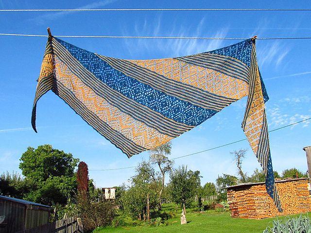 Kleinesbild - Großes Dreieckstuch/Schultertuch, 230 x 62 cm, 100% Merinowolle extrafine, asymmetrisch, gestrickt, von Schwarzwaldmaschen