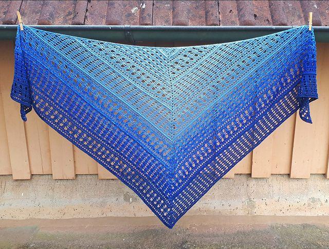 - Dreiecktuch gehäkelt, 193 x 92 cm, Baumwollmischung, symmetrisch, von Schwarzwaldmaschen - Dreiecktuch gehäkelt, 193 x 92 cm, Baumwollmischung, symmetrisch, von Schwarzwaldmaschen