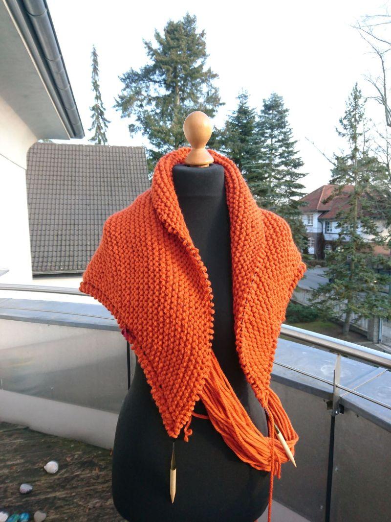 Kleinesbild -  SONDERANFERTIGUNG dickes Schultertuch * Stola * Tuch * Stricktuch * Wolltuch * Mittelalter * in orange mit Schließe