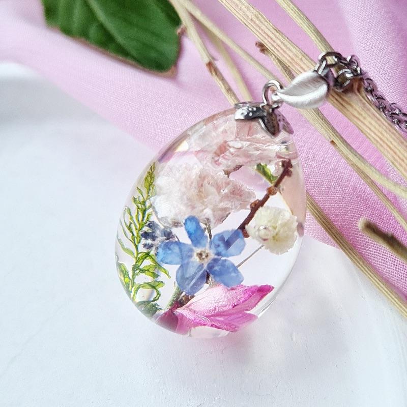 - Kleines Ei mit echten Blumen (Anhänger).   - Kleines Ei mit echten Blumen (Anhänger).