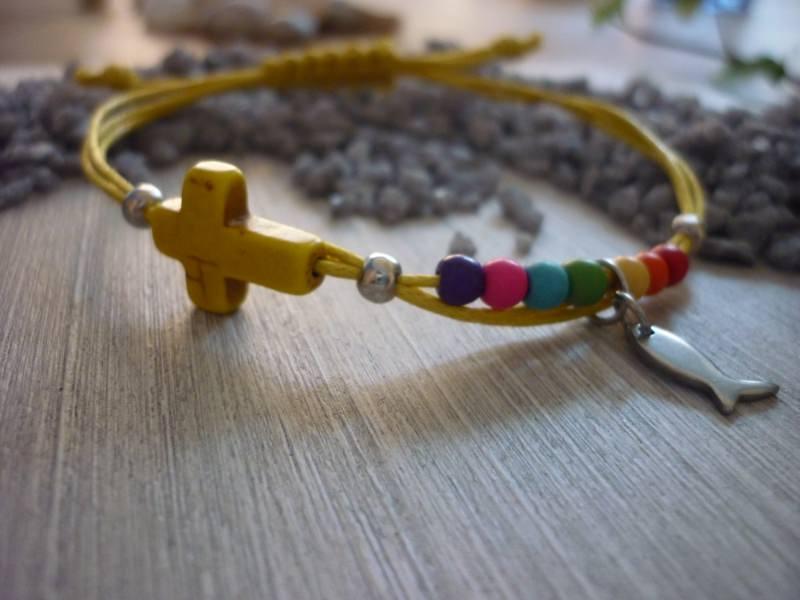 Kleinesbild - Handgearbeitetes buntes Armband mit Kreuz und Fisch