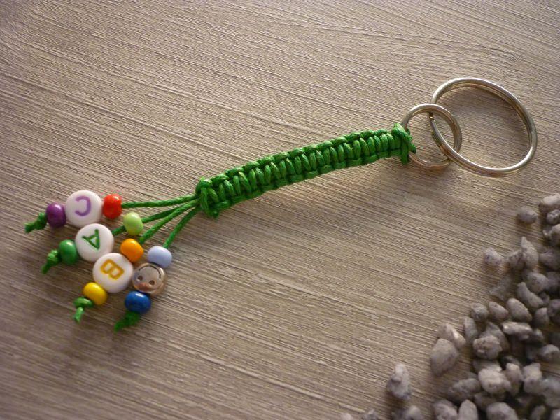 - Bunter, geknüpfter Schlüsselanhänger mit Buchstabenperlen - Bunter, geknüpfter Schlüsselanhänger mit Buchstabenperlen