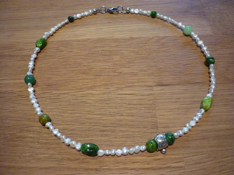 Kleinesbild - Süsswasserperlenkette Collier mit Schildkröte und grünen Glasperlen / Steinperlen