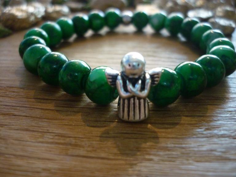 - Handgearbeitetes Armband mit Schutzengel Glasperlen elastisch Tannengrün - Handgearbeitetes Armband mit Schutzengel Glasperlen elastisch Tannengrün