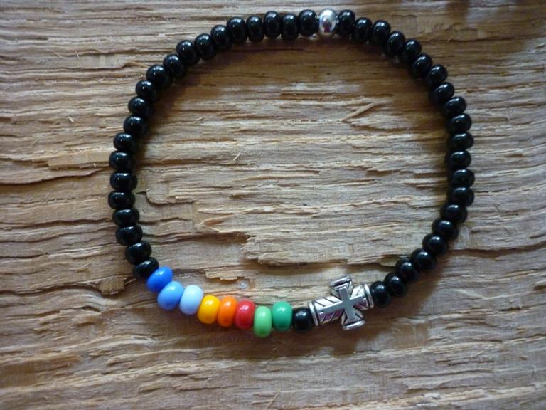 - Handgemachtes Perlenarmband aus schwarzen und bunten Rocailles und einem Kreuz - Handgemachtes Perlenarmband aus schwarzen und bunten Rocailles und einem Kreuz