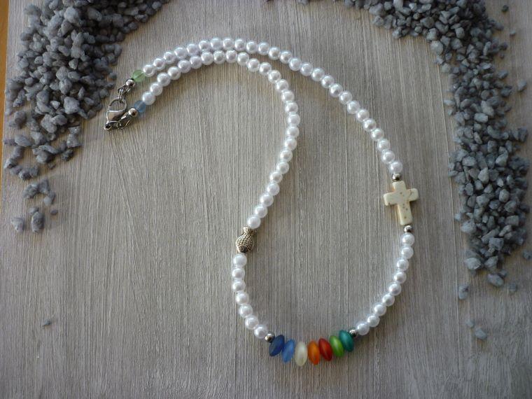 - Kinderkette Kommunion / Konfirmation mit Howlithkreuz, Metallfisch und bunten Perlen - Kinderkette Kommunion / Konfirmation mit Howlithkreuz, Metallfisch und bunten Perlen