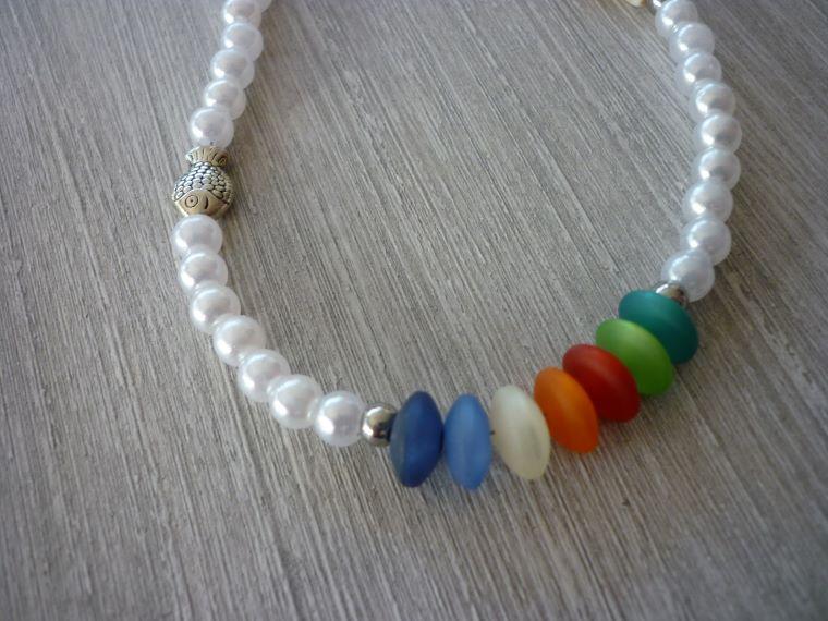 Kleinesbild - Kinderkette Kommunion / Konfirmation mit Howlithkreuz, Metallfisch und bunten Perlen