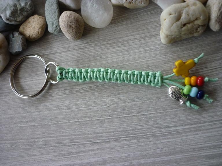 - Handgearbeiteter bunter Schlüsselanhänger zur Kommunion mit Kreuz und Fisch   - Handgearbeiteter bunter Schlüsselanhänger zur Kommunion mit Kreuz und Fisch