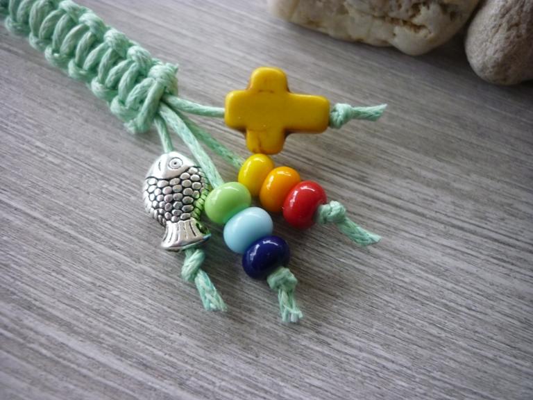 Kleinesbild - Handgearbeiteter bunter Schlüsselanhänger zur Kommunion mit Kreuz und Fisch