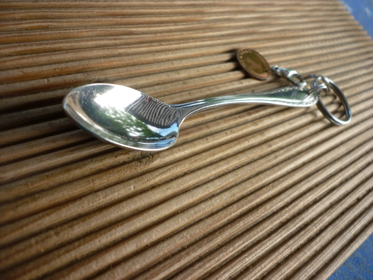 Kleinesbild - Handgearbeiteter Schlüsselanhänger mit  einem alten, versilberten Moccalöffel und einem Glückspfennig
