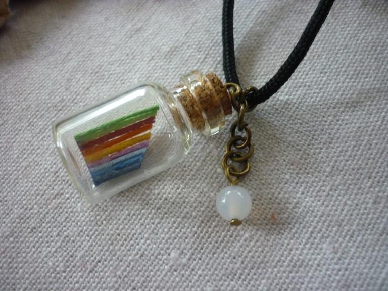 Kleinesbild - Kette mit Flaschenanhänger / Regenbogen und einem Friedensachat