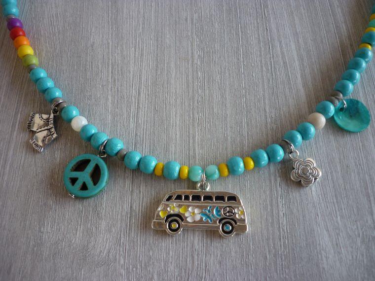 Kleinesbild - Sommerliche Kette aus türkisfarbenen Holzperlen mit Bullianhänger und Peacezeichen