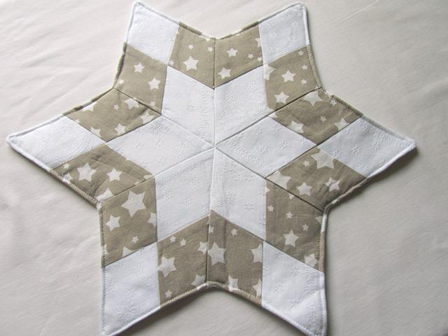 - Stern, Weihnachtsstern weiß - beige, Tischläufer, Patchwork, Handmade - Stern, Weihnachtsstern weiß - beige, Tischläufer, Patchwork, Handmade
