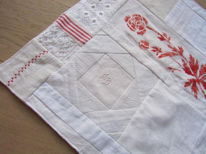 - Tischläufer, Weißquilt, mit roter Blüte, Patchwork, vintage, selbstgenäht, handmade,, - Tischläufer, Weißquilt, mit roter Blüte, Patchwork, vintage, selbstgenäht, handmade,,