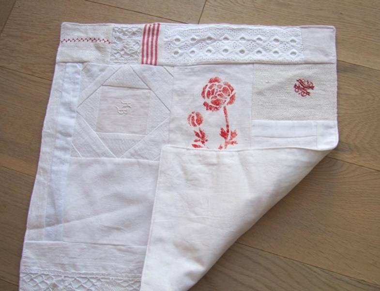 Kleinesbild - Tischläufer, Weißquilt, mit roter Blüte, Patchwork, vintage, selbstgenäht, handmade,,