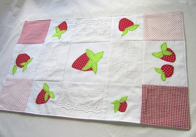 - Tischläufer, Tischdecke, Erdbeere, Patchwork mit Applikation,  - Tischläufer, Tischdecke, Erdbeere, Patchwork mit Applikation,