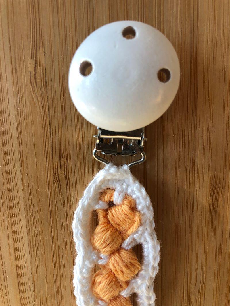 Kleinesbild - Schönes Schnullerband, Schnullerkette, gehäkelt in orange und weiß