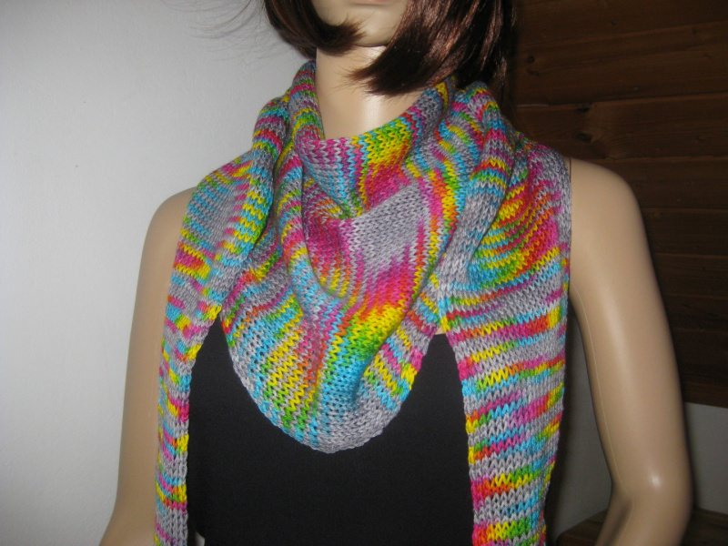 - Dreieckstuch, Schaltuch aus handgefärbter Wolle mit auffälligen Farbeffekten, gestrickt, Schal, Stola - Dreieckstuch, Schaltuch aus handgefärbter Wolle mit auffälligen Farbeffekten, gestrickt, Schal, Stola