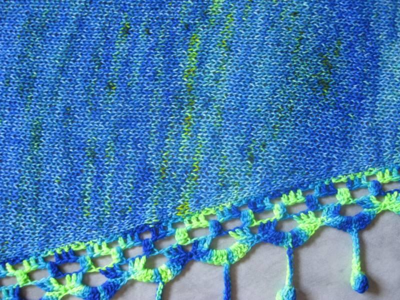 Kleinesbild - Dreieckstuch, Schaltuch aus handgefärbter Wolle mit langem einzigartigem Farbverlauf, gestrickt und gehäkelt, Schal, Stola