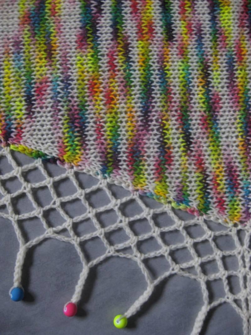 Kleinesbild - Dreieckstuch, Schaltuch aus handgefärbter Wolle mit hübscher Perlen-Kante, gestrickt und gehäkelt, Schal, Stola