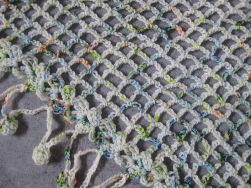 Kleinesbild - Dreieckstuch aus handgefärbter Wolle mit Bommel-Musterkante, Schal, gehäkelt