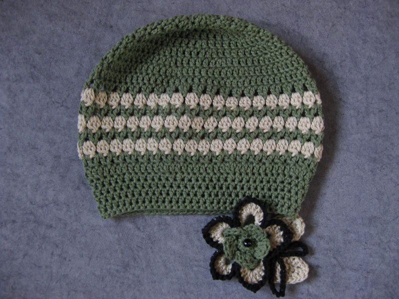 Kleinesbild - Mütze, Beanie, Häkelmütze mit auffälliger Blumenbrosche, mit Baumwolle