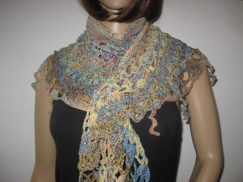 Kleinesbild - Auffälliges Schaltuch in Sichelform aus weicher Baumwolle, Stola, Schal, gehäkelt