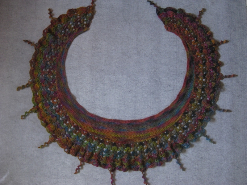 Kleinesbild - Auffälliges Schaltuch in Sichelform aus weicher Wolle, Stola, Schal, gehäkelt