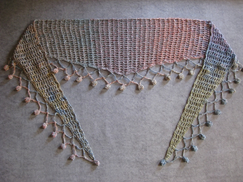 Kleinesbild - Schaltuch mit hübscher Bommelkante, Stola, Dreieckstuch, gehäkelt
