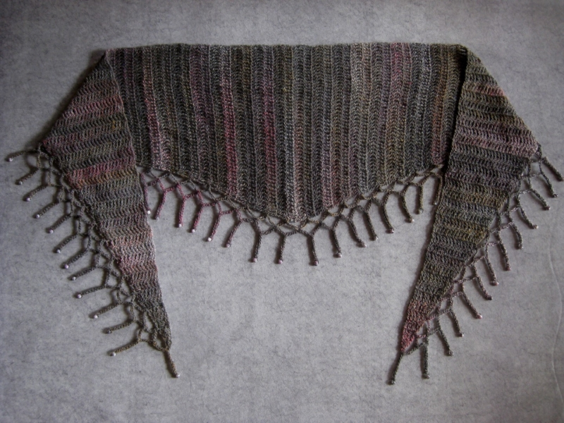 Kleinesbild - Schaltuch mit Perlenkante, aus weicher Wolle gehäkelt, Stola, Schal
