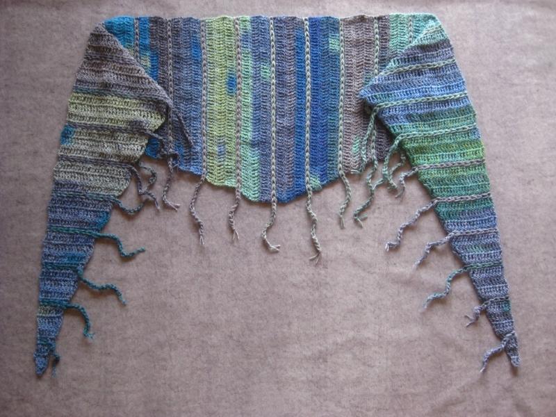 Kleinesbild - Schaltuch mit Fransen und tollem Farbverlauf, aus weicher Wolle gehäkelt, Stola, Schal