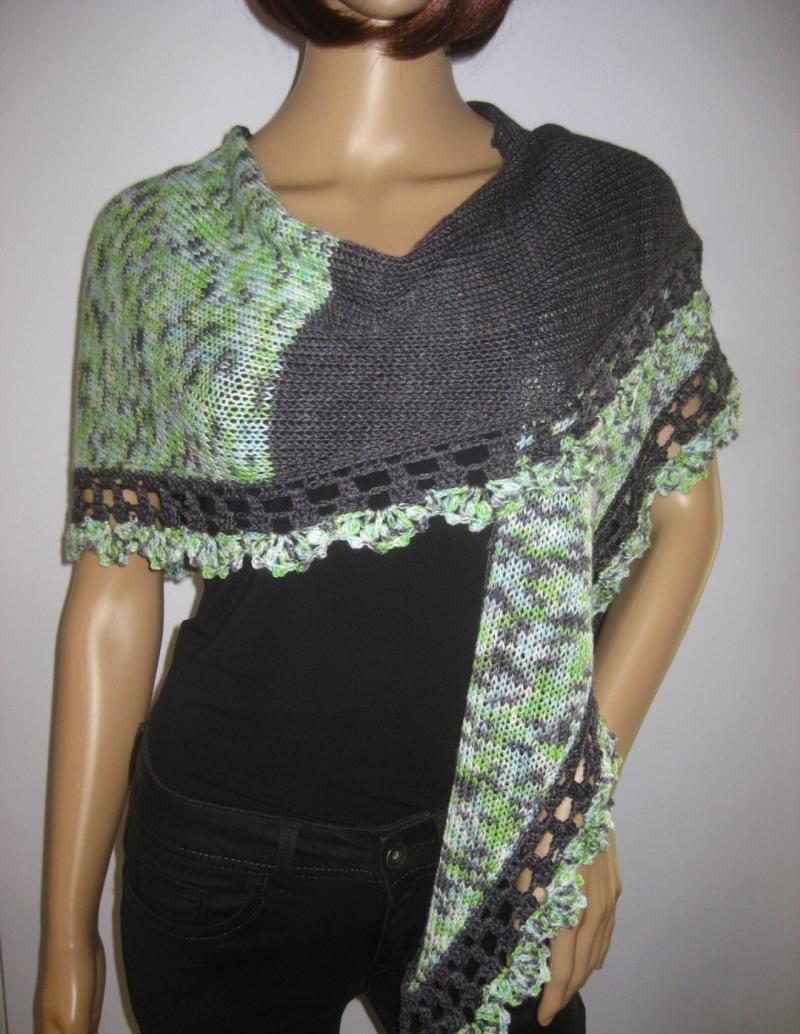 Kleinesbild - Dreieckstuch, Schaltuch mit Musterkante, aus handgefärbter Wolle mit Viskose aus Bambusfaser, gestrickt und gehäkelt, Schal, Stola